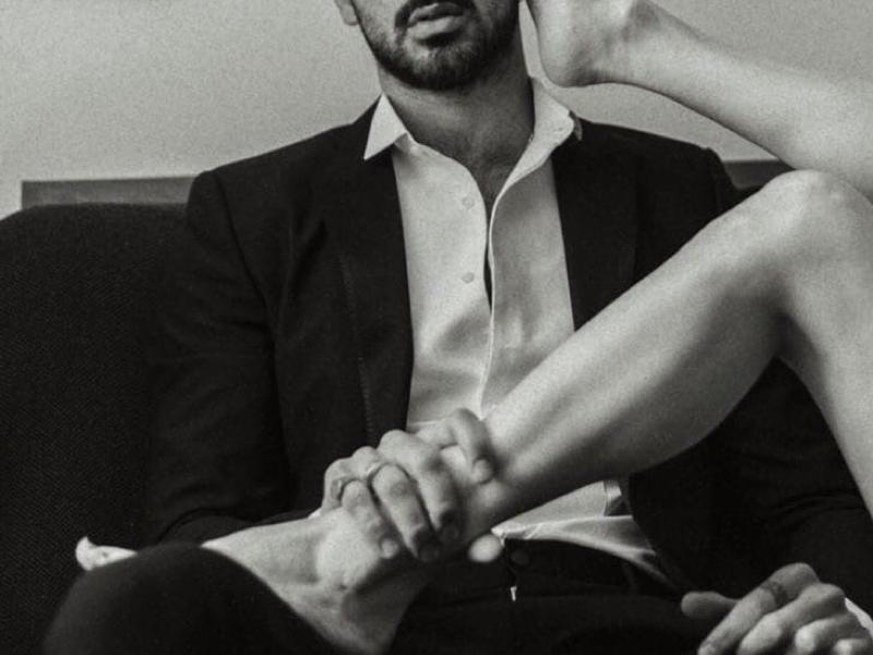 мужчина и женские ножки