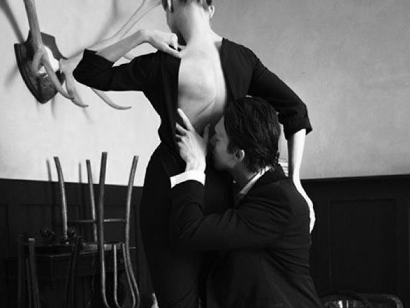 мужчина целует спину